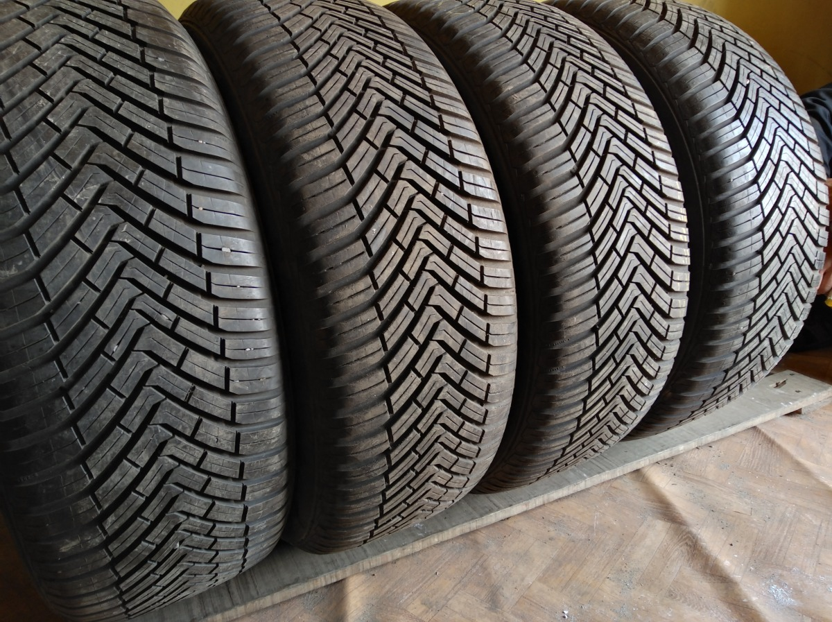 Continental All season Contact 235/55R 18